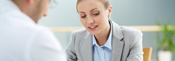 Das Mitarbeitergespräch: Fragen und Antworten finden Sie in diesem Ratgeber.