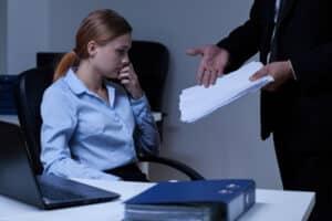 Die gezielte Herabsetzung muss nicht ausschließlich durch Kollegen erfolgen. Auch Mobbing durch Vergesetzte ist möglich.