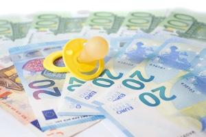 Zuschuss zum Mutterschaftsgeld: Bei geringfügig Beschäftigten ist ein monatliches Nettoeinkommen von mind. 390 Euro Voraussetzung.