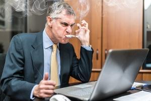Die Vorschriften zum Nichtraucherschutz sind nicht auf das Dampfen am Arbeitsplatz übertragbar.