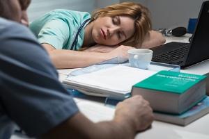 Physische Belastung am Arbeitsplatz kann zu absoluter Erschöpfung führen. Ruhepausen können helfen.