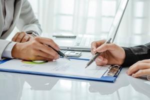 Wird ein Praktikant nach dem Mindestlohn bezahlt, muss normalerweise seine Arbeitszeit dokumentiert werden.
