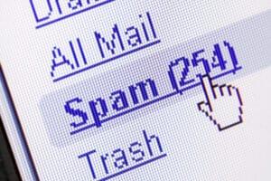 Eine private Mail abrufen? Die Überwachung des Arbeitnehmers durch den Arbeitgeber kann sich auch auf den Computer erstrecken.