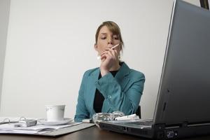 Psychische Belastung am Arbeitsplatz: Beispiele dafür sind Über- und Unterforderung.