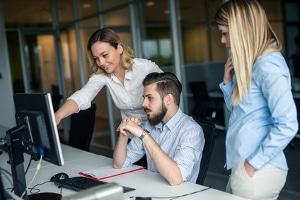 Psychische Belastung am Arbeitsplatz: Zur Prävention kann der Arbeitgeber für gute Mitarbeiterverhältnisse sorgen.