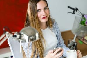 Psychische Belastung bei der Arbeit tritt häufig in Großraumbüros auf. Eigene Büros senken das Stresspotential.
