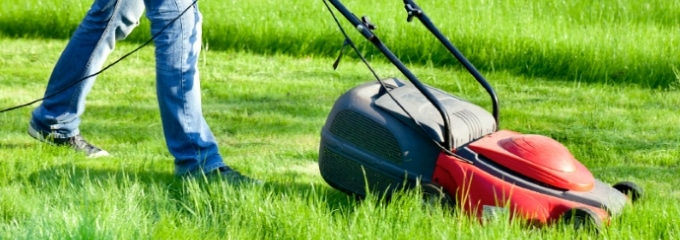 Rasenmähen für den Nachbarn: Ab wann ist es Schwarzarbeit?