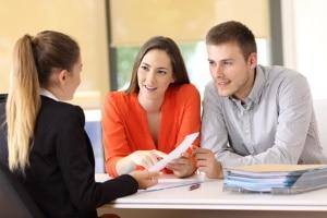 Ein Rechtsanwalt für Arbeitsrecht, der in Arnstadt ansässig ist, kann vor Ort z. B. Arbeitsverträge überprüfen.