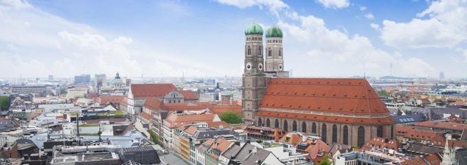 Ein Rechtsanwalt für Arbeitsrecht in München kann z. B. Ihren neuen Arbeitsvertrag auf unzulässige Klauseln überprüfen.