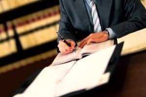 Ein Rechtsanwalt für Arbeitsrecht berät in Nürnberg Arbeitnehmer und Arbeitgeber.