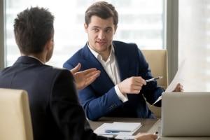 Ein Rechtsanwalt für Arbeitsrecht kann in Mönchengladbach auch die Arbeitgeberseite vertreten.
