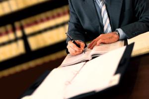 Ein Rechtsanwalt in Karlsruhe für Arbeitsrecht kann die Arbeitgeber- oder Arbeitnehmerseite vertreten.