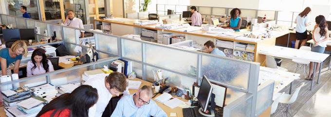 """Eine Regelung zum Thema """"Barfuß arbeiten"""" kann Streit im Büro vorbeugen."""
