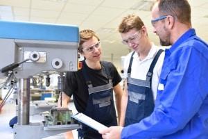 Vom Rekord-Fachkräftemangel in den technischen Berufen sind viele Bereiche betroffen.