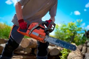 Schnittschutzschuhe müssen auch vor Kettensägen einen gewissen Schutz bieten.