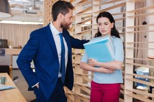 Fand eine sexuelle Belästigung am Arbeitsplatz statt, haben Betroffene unterschiedliche Möglichkeiten, dagegen vorzugehen.