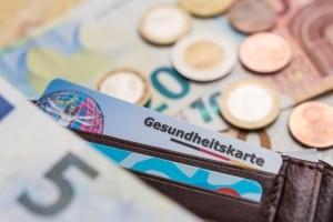 Sozialversicherungspflichtige Beschäftigung: Die Beiträge für die Versicherung werden vom Bruttogehalt abgezogen.