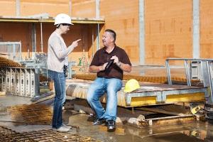 Der Arbeitgeber kann auch nur einige Stunden hitzefrei auf dem Bau gewähren.
