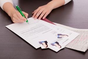 Zu den vollständigen Unterlagen einer Bewerbung um ein Praktikum gehören auch Empfehlungsschreiben und Zeugnisse.