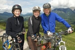 Nur für Jugendliche kann der Urlaubsanspruch gesetzlich nach Alter gestaffelt werden.