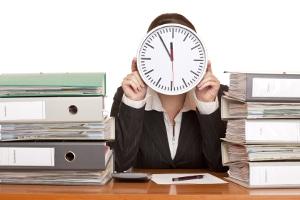 Durch die Einführung von Gleitzeit kann der Arbeitgeber vermeiden, dass seine Mitarbeiter das Recht auf hitzefrei im Büro haben.