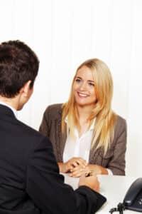 Die betriebliche Arbeitnehmervertretung gewährt zahlreiche Vorteile: Ein Betriebsrat ist nur sehr schwer zu kündigen.