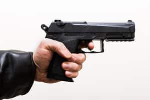 Ein Wachmann, der im bereich Personenschutz tätig ist, sollte sich fort- und weiterbilden, unter anderem eine Waffensachkundeprüfung ablegen.