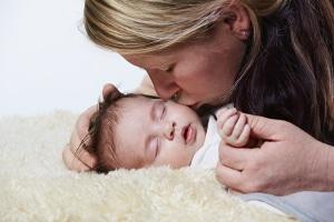 Wer bezahlt im Mutterschutz? Die Krankenkasse ist eine Möglichkeit.