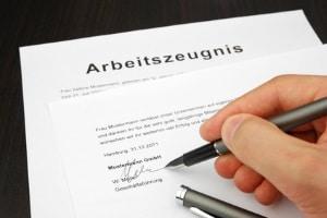 Wer muss in der Regel das Arbeitszeugnis unterschreiben?