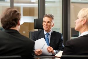 Wie werden Sie Ersthelfer im Betrieb? Sprechen Sie zunächst mit Ihrem Chef über Ihre Pläne.