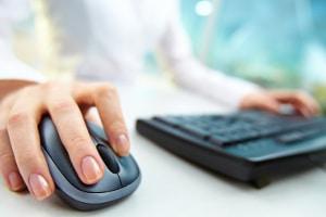 Eine falsche Körperhaltung vor dem PC ist schädlich. Die Wunschvorsorge der ArbMedVV kann hilfreich sein.